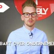 Bart Moree zit op een bank voor het NOBLY logo voor de start van de vlog
