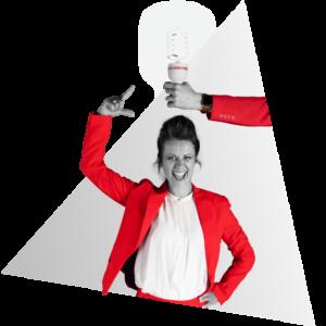 Annemieke van NOBLY heeft een idee voor een bedrijfsvideo, een lamp brandt daardoor boven haar hoofd die vastgehouden wordt door een hand.