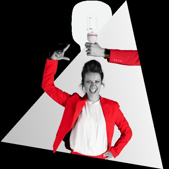 Anna van NOBLY heeft een idee voor een bedrijfsvideo, een lamp brandt daardoor boven haar hoofd die vastgehouden wordt door een hand