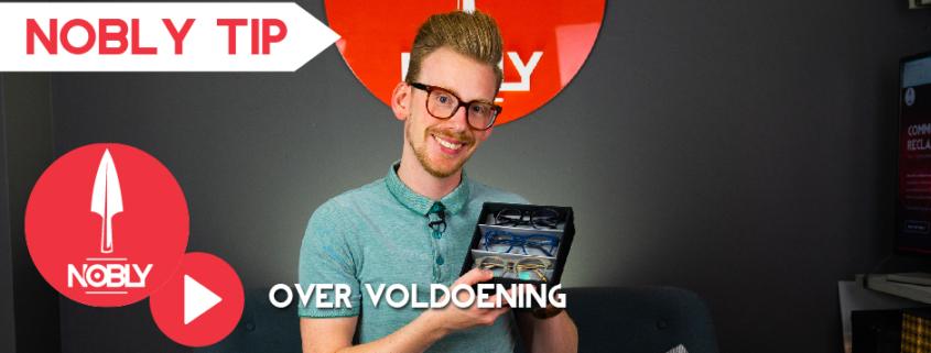 Bart van NOBLY glimlachend met een doosje met brillen erin die hij omhoogt houdt.
