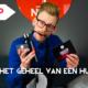 Bart Moree met artikelen waar het NOBLY logo op gedrukt is om te kijken of de huisstijl goed is
