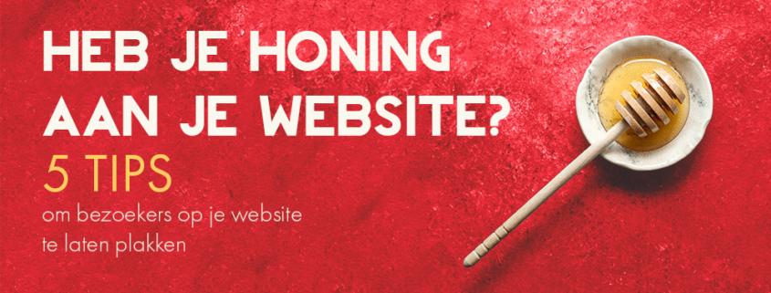 Een pot met honing op een rode achtergrond. In de foto staat de tekst: Heb je honing aan je website? 5 tips om bezoekers op je website te laten plakken
