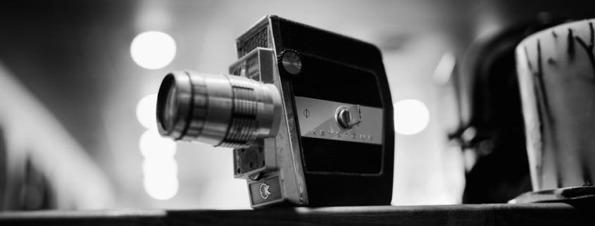 Een oude videocamera op een tafel in een zwart wit foto